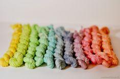 Tutoriel photo : la teinture alimentaire | In The Loop #yarn #handdyed #rainbow