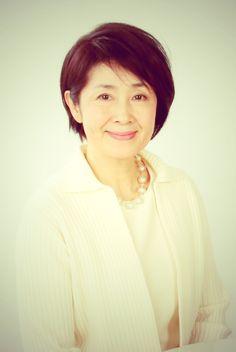 ゲスト◇平淑恵(Yoshie Taira)北海道生まれ。文学座所属。1976年、文学座研究所に入座。翌年、初舞台『かもめ』ニーナ役に抜擢される。81年、座員に昇格。以来、文学座内外で数多くの作品に出演するほか、テレビドラマや海外ドラマの吹替えでも活躍。83年、96年紀伊国屋演劇賞を受賞。96年には、杉村春子から直接譲られた『女の一生』の布引けい役を代表作として、数多くの上演を重ねている。『化粧』の上演も130ステージを数え、今公演で159ステージを記録する。