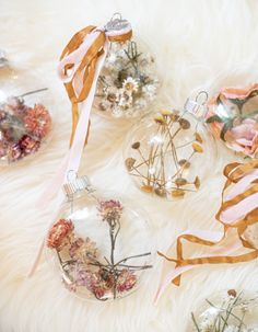 Holiday Decorations DIY Christmas Tree Ornaments with Dried Strawflowers, Ammobium Flowers, and Flor Natural Christmas, Noel Christmas, Diy Christmas Ornaments, Holiday Crafts, Christmas Decorations, Christmas Flowers, Father Christmas, Christmas Wreaths, Holiday Decor