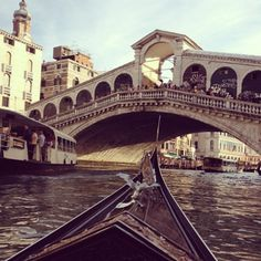 Gondola rides in Venice, passing under the Rialto bridge Vacation Places, Places To Travel, Vacations, Oh The Places You'll Go, Places To Visit, Beautiful World, Beautiful Places, Ill Fly Away, Rialto Bridge