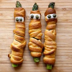 Crescent Mummy Asparagus Healthier version of mummy dogs - cute! Halloween Appetizers, Halloween Dinner, Halloween Food For Party, Halloween Treats, Halloween Recipe, Cute Food, Good Food, Yummy Food, Hot Dog Recipes