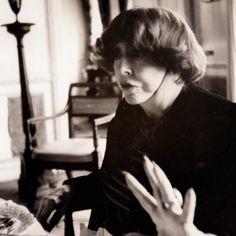 * Madeleine Castaing (1894-1992) Amie de Modigliani, de Picasso, de Cocteau, Madeleine Castaing  était à la fois muse et mécene, notamment celle de Chaïm Soutine (qui vécu chez elle de 1928 à 1939 et dont elle supportait les caprices), d'Eric Satie...  Antiquaire et décoratrice, femme cultivée et esthète, elle cotoya la bohème de Montparnasse,  Vivait et recevait dans sa boutique (elle créa d'ailleurs une véritable révolution en ouvrant la première boutique de décoration