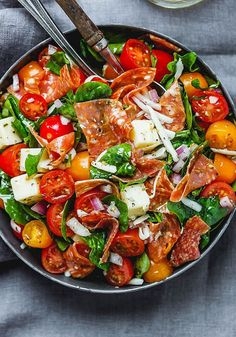 Spinach Salad with Mozzarella, Tomato & Pepperoni - Healthy and delicious, this spinach salad is so simple and perfect for a quick lunch. healthy recipes Spinach Salad with Mozzarella, Tomato & Pepperoni Paleo Recipes, Dinner Recipes, Cooking Recipes, Cooking Ham, Cooking Pumpkin, Cheap Recipes, Drink Recipes, Snack Recipes, Gourmet Recipes