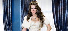 La bellísima actriz Elizabeth Hurley es la nueva reina