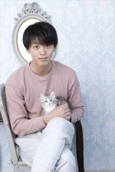 【ザテレビジョン芸能ニュース!】画像:子ネコを抱っこした竹内は「軽い!」