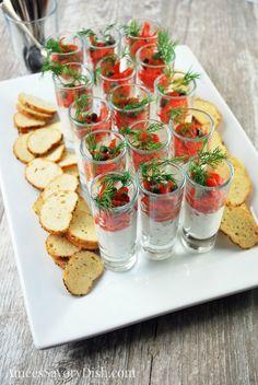 shot de salmon ahumado con salsa de yogurt y pepino