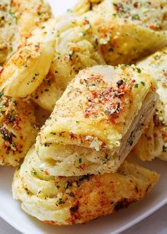 Try these incredibly easy, fool-proof parmesan garlic bites. They come together in less than 20 min and use just basic pantry ingredients. Recipes Using Puff Pastry, Puffed Pastry Recipes, Pastries Recipes, Puff Pastry Recipes Savory, Bakery Recipes, Easy Christmas Appetizers, Elegant Appetizers, Delicious Appetizers, Savory Snacks