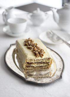 """Voglia di tiramisù? prova questa versione """"a torta"""" - ha lo stesso sapore ed è molto bella da servire. Le noci sono un'aggiunta speciale, se non ti piacciono, eliminale e cospargi la superficie con del cacao amaro."""