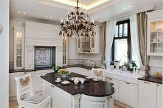 Aranżacja stylowej kuchni w bieli. Biała kuchnia w stylu francuskim - pomysły na wystrój wnętrz. Francuska sztukateria w kuchni. Ornamentyka do kuchni.