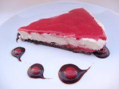 Cheesecake à la noix de coco/cajou/agave et coulis de framboises avec une base de cacao cru et caroube