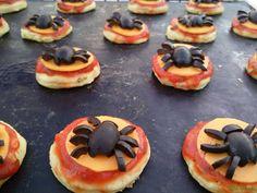 halloweeni mini pizza oliva pókokkal  (gluténmentes, tojásmentes) / Recept / gluténmentes liszt, olíva bogyó, paradicsom püré, bazsalikom levél, fokhagyma, sajt, szódabikarbóna, oregánó Tahini, Pancakes, Cheesecake, Pizza, Foods, Breakfast, Desserts, Food Food, Morning Coffee