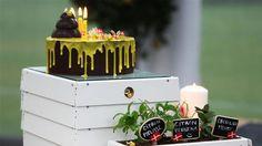 Bikage med chokolademousse og chokoladekant Denne flotte kage leder tankerne hen på et bistade med masser af liv