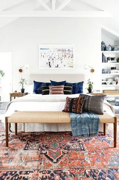 design tips vintage rug modern bedroom design advice We asked interior designers to share their biggest apartment decorating mistakes that secretly make them cringe every single time. Are you guilty? Gender Neutral Bedrooms, Bedroom Neutral, Neutral Bedrooms With Pop Of Color, Classic Bedroom Decor, Casual Bedroom, White Wall Bedroom, Neutral Bedding, Suites, Home Bedroom