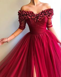 Long Off the Shoulder Red Tulle Dress Prom Party Gown with Slit Lange weg von der Schulter Red Tulle Dress Prom Party Kleid mit Schlitz Red Ball Gowns, Ball Gowns Evening, Ball Dresses, Evening Dresses, Evening Party, Evening Gowns With Sleeves, Red Gowns, Trendy Dresses, Fashion Dresses