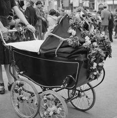 photo ancienne vintage femme woman b b baby landau poussette vers 1940 kinderwagens. Black Bedroom Furniture Sets. Home Design Ideas