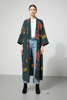The Bass Kimono is a throw-on-and-go piece that easily creates the whole look. This light kimono has dropped shoulders, short wide sleeves and a wrapping b