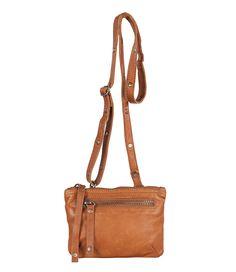 De Bag Milport van Cowboysbag is een stoer klein tasje van hoogwaardig leer. De tas sluit aan de bovenzijde met een ritssluiting en is aan de voorkant voorzien van een ritsvakje. De Bag Milport is te gebruiken als clutch of als crossover tasje middels het langere afneembare hengsel.