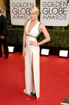 Margot Robbie made a glamorous arrival to the Golden Globes red carpet in LA today. The Australian beauty was clad in a white Gucci gown for the event, which Atriz Margot Robbie, Margot Robbie Style, Margo Robbie, Celebrity Red Carpet, Celebrity Dresses, Celebrity Style, Elie Saab, Sweater Weather, Beautiful Dresses