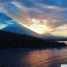 Sunset eruption at the Mt Agung, Bali Indonesia 🇮🇩 #chillandvadrouille #indonesia #bali #sunset #volcano #instagram #travelphotography #yolo #backpack
