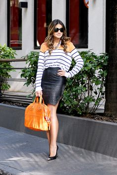 Thássia - saia de couro, t-shirt listrada, scarpin e bolsa laranja