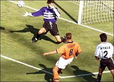 Gol de Dennis Bergkamp; Holanda vs Argentina (2-1) en 1998.