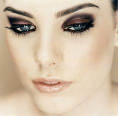 Maquiagem destacando os olhos.