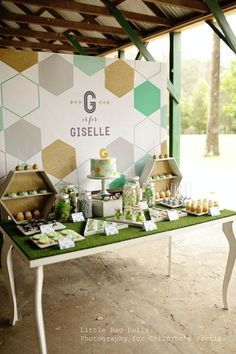 AstroTurf tabletop makes it unique. Love the hexagon display props to repeat the shape in their logo and how a beautiful table is used.