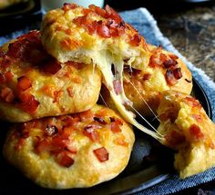 If we're certain about one thing, it's that we love cheese and bacon. This is a recipe worth trying: Double Cheese and Bacon Rolls. The real breakfast of champions. E Cooking, Cooking Recipes, Cheese And Bacon Rolls, Homemade Rolls, Recipetin Eats, Food Blogs, Relleno, Bread Recipes, Bacon Recipes
