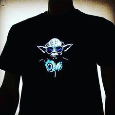Tee shirt lumineux Yoda x Beats By Dre x Rayban !! par Heart JacKing. Le tee shirt lumineux led réagit à la musique et s'anime selon le volume sonore ! https://www.heartjacking.com/fr/42-t-shirt-led-lumineux   Le t-shirt lumineux est un concept génial. En effet le t shirt lumineux equalizer s'illumine et réagit au rythme de la musique grâce à sa commande acoustique ! C'est le mini micro intégré dans le t shirt lumineux qui permet au t shirt lumineux equalizer de devenir lumineux en…