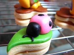Fondant can be used as a perfectly smooth topping for cakes, cookies and pastries or used to sculpt three dimensional decorations.