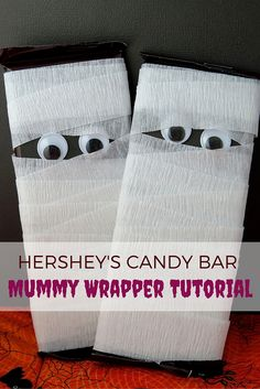 Halloween Treats: Candy Bar Mummy Tutorial Easy Halloween treats Hersheys candy bar mummy tutorial The post Halloween Treats: Candy Bar Mummy Tutorial appeared first on Halloween Candy. Sac Halloween, Halloween Candy Crafts, Homemade Halloween Treats, Halloween Baskets, Adornos Halloween, Manualidades Halloween, Halloween Favors, Halloween Treat Bags, Halloween Goodies