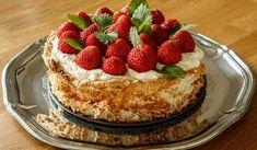 En extremt god tårta som bakar sig själv när du sover! Innanmätet får en len och krämig konsistens som påminner om vaniljkräm. Best Dessert Recipes, No Bake Desserts, Sweet Recipes, Delicious Desserts, Grandma Cookies, Swedish Recipes, Piece Of Cakes, Something Sweet, No Bake Cake