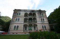 Zo stel ik me de Lijsterbes voor voor de renovatie. De Lijsterbes is het hotel waar Maja en haar gezin naar verhuisd zijn.