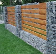 01 Gorgeous Gabion Fence Design for Garden Ideas – Decoradeas - Zaun Backyard Retaining Walls, Backyard Fences, Stone Wall Design, Split Rail Fence, Gabion Wall, Gabion Fence Ideas, Pallet Fence, Diy Fence, Vertical Garden Wall
