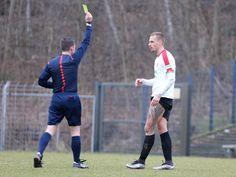 Kapitän #Maurice #Trapp erhält nach einem Foul die gelbe Karte vom Schiedsrichter.