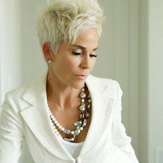 Modelos e dicas para mulheres com mais de 50 anos e desejam um lindo corte de cabelo curto feminino. Entre na moda e se transforme em uma mulher moderna.