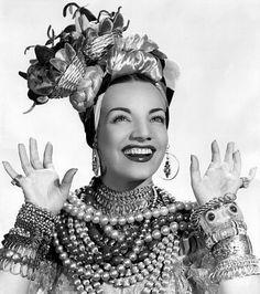 Carmen Miranda, com os trajes de baiana de candomblé estilizada, imagem com a qual ficou famosa no mundo todo, chegando a ser uma das estrelas mais bem pagas de Hollywood em 1946. #dosanto