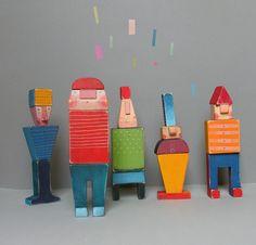 Skládací panáčkové Skládací panáčkové jsou vyrobeny zolšového dřeva, nabarveni akrylovými barvami, každý panáček se skládá ze čtyř kusů, nohy, tělo, hlava, čepice, se spojem na dřevěný kolík, paňáčkové jsou lehce rozložitelní a zase složitelní do rozličných variant, výška 23 cm