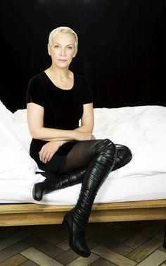 Annie Lennox photoshoot by Murdo Macleod I love her black leather boots! Margot Robbie Photoshoot, Persona, Annie Lennox, Selena Gomez Photos, Beautiful People, Beautiful Women, Over 50 Womens Fashion, Female Singers, Celebs