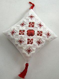 Ornamento di Natale di Hardanger bianco e rosso 102 di NoelBelles