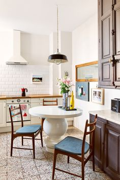 〚 Stylish beige: apartment of German architect in Barcelona 〛 ◾ Photos ◾Ideas◾ Design Round Table And Chairs, Round Chair, Simple Interior, Interior Design Kitchen, Trends 2018, European Apartment, Ikea, Pretty Room, Dining Nook
