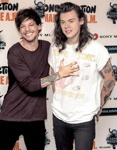 Now y'all don't forget they're in love aight Larry Stylinson, Louis Tomlinson, Rose And Dagger, Harry Styles Edits, Best Love Stories, Wattpad, One Direction Harry, Louis And Harry, J Cole