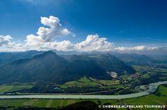 Ein Blick auf das Inntal: der Inn schlängelt sich am Fuße vom Riesenkopf und Wildbarren und an den Orten Flintsbach und Brannenburg vorbei.  Hier verläuft der Innradweg und der Mozart-Radweg, die deutsche Alpenstraße mündet vom Sudelfeld. Besuchen Sie uns!