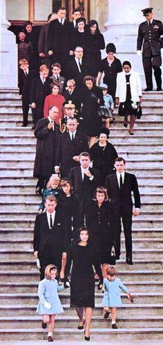 JFK's funeral led by Jackie Kennedy Estilo Jackie Kennedy, Les Kennedy, John Kennedy Jr, Jfk Jr, Jacqueline Kennedy Onassis, Carolyn Bessette Kennedy, Caroline Kennedy, American Presidents, American History