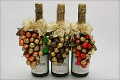 Pin by Shireen Sachdev on Christmas Wine Bottle Gift, Wine Bottle Crafts, Craft Gifts, Diy Gifts, Gift Wraping, Glitter Gifts, Candy Bouquet, Candy Gifts, Chocolate Gifts