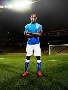 Le maillot de l'Italie pour la Coupe du Monde porté par Balotelli - http://www.actusports.fr/91574/le-maillot-de-litalie-pour-la-coupe-du-monde-porte-par-balotelli/