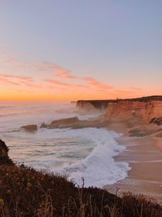 photo scenery Where the sea meets the sky ++ Sunset Horizon Beach Cliff Mist ++ Nature Aesthetic, Beach Aesthetic, Travel Aesthetic, Summer Aesthetic, Beautiful World, Beautiful Places, Beautiful Beach, Beautiful Pictures, Pretty Sky