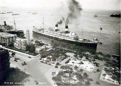 A belíssima baía de Guanabara, vista da praça Mauá, anos 30!    https://www.facebook.com/Guarantiga/photos/a.490233921007939.115673.490210317676966/1096204380410887/?type=3&theater