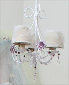 Araña de hierro pintada en blanco con caireles