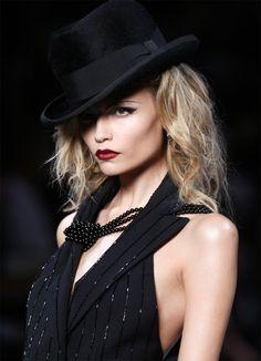Natasha Poly at Dior.this is a glam look~ Christian Dior, John Galliano, Fashion Week, High Fashion, Fashion Addict, Timeless Fashion, Natasha Poly, Glamour, Love Hat